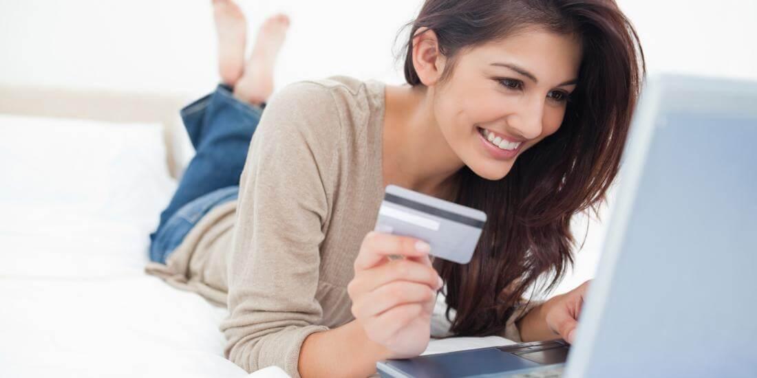 Mujer comprando desde e-commerce