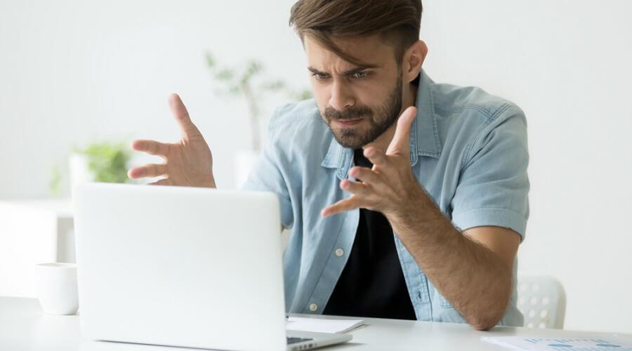 Usuario frustrado con página que carga lento